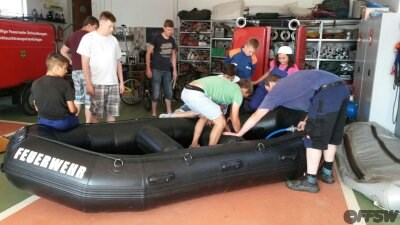 Das erste Befüllen des Schlauchbootes