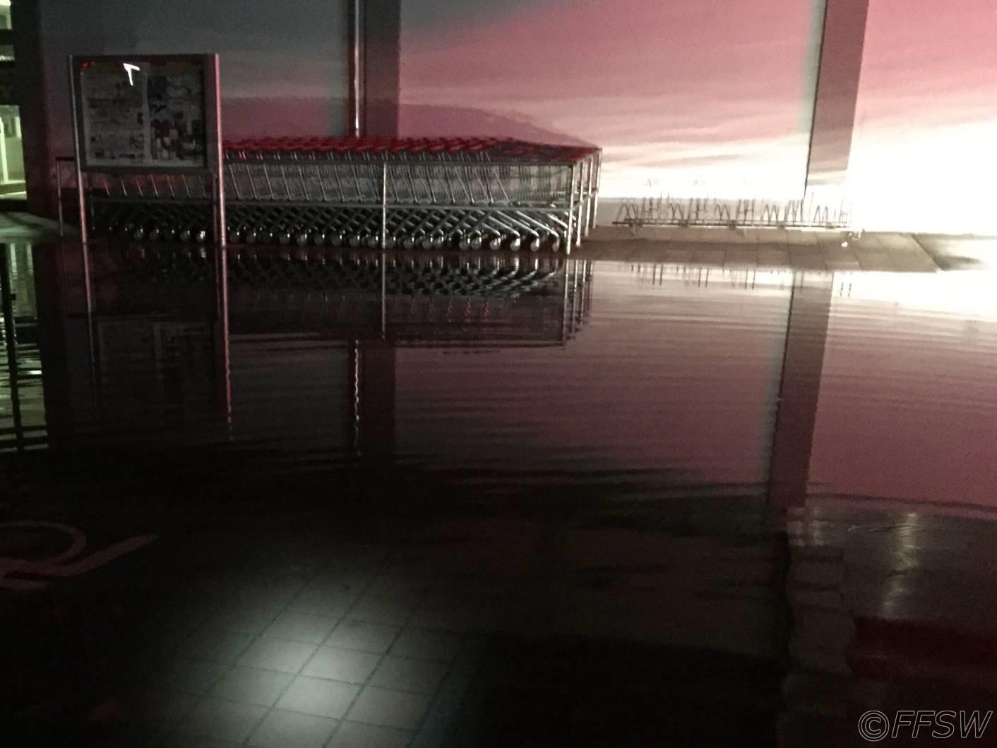 Überfluteter Parkplatz